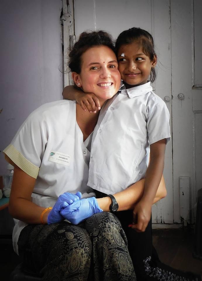 Lola du Free Spirit, infirmière, dans un dispensaire en Inde